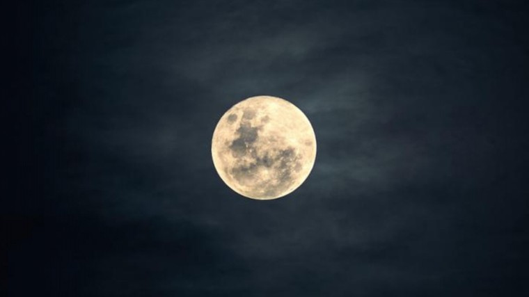 Над Землей взошла большая снежная Луна