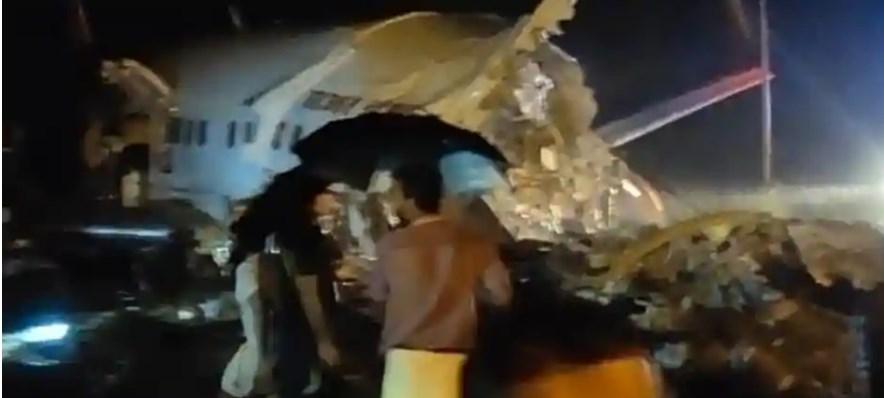 В Индии после жесткой посадки развалился на части пассажирский самолет