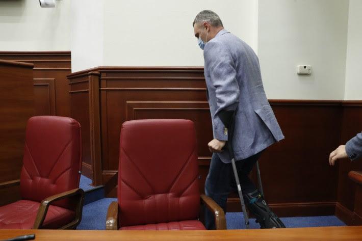 Кличко пришел на заседание Киевсовета на костылях: сказалась старая трав...