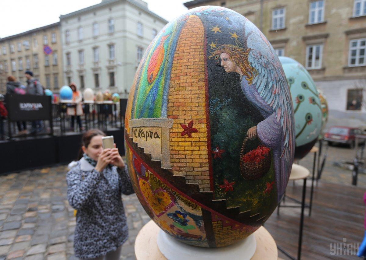 С выставки в центре Львова украли две полуметровые писанки