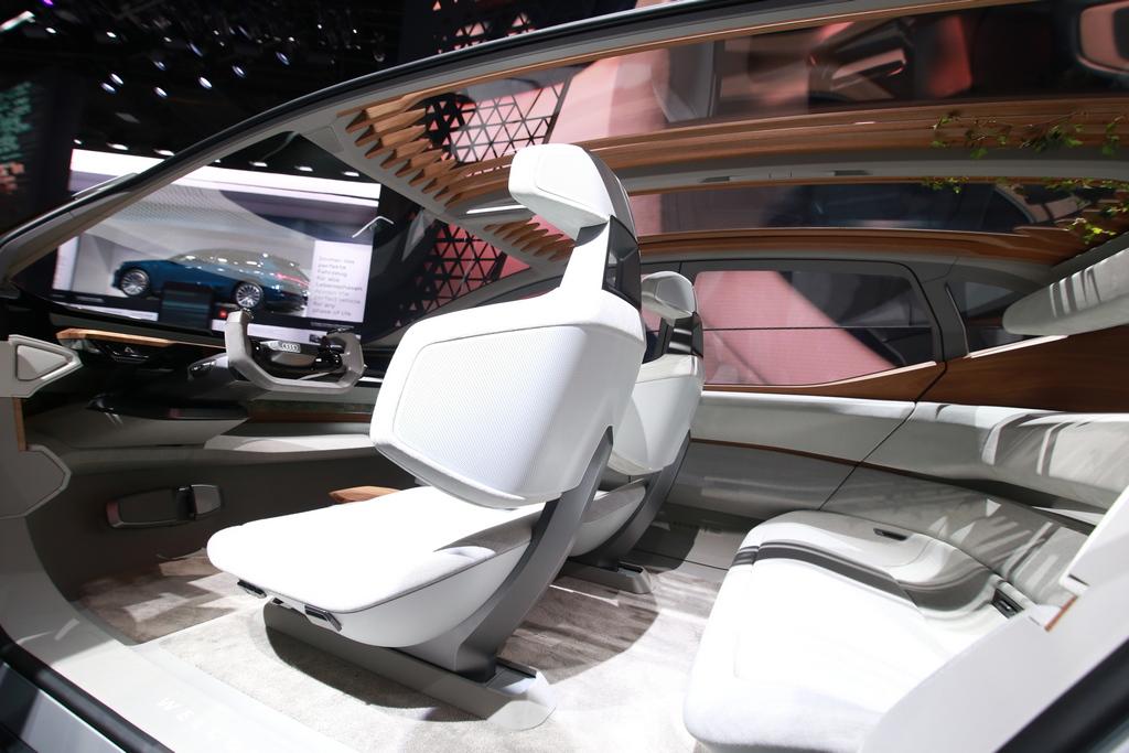 Кокпит-эволюция. Как SpaceX Илона Маска меняет дизайн автомобилей