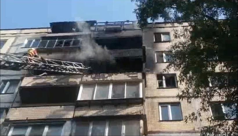 Пожарные спасли из пылающей квартиры в Киеве 5 человек
