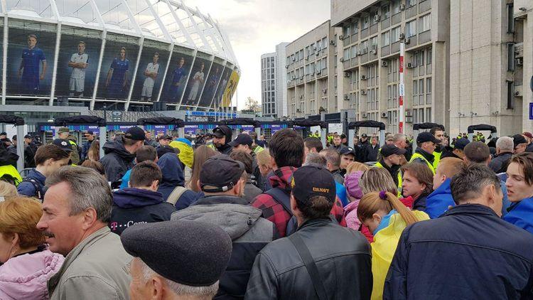 """На НСК """"Олимпийский"""" начали пускать зрителей, пришедших на дебаты"""