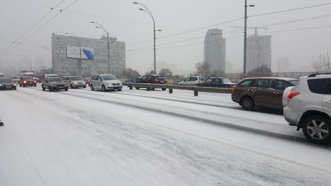 Первый снег в Киеве: столица стоит в пробках