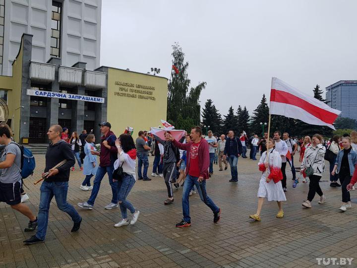 В Минске люди собираются на митинг, а в центре города собирается ОМОН