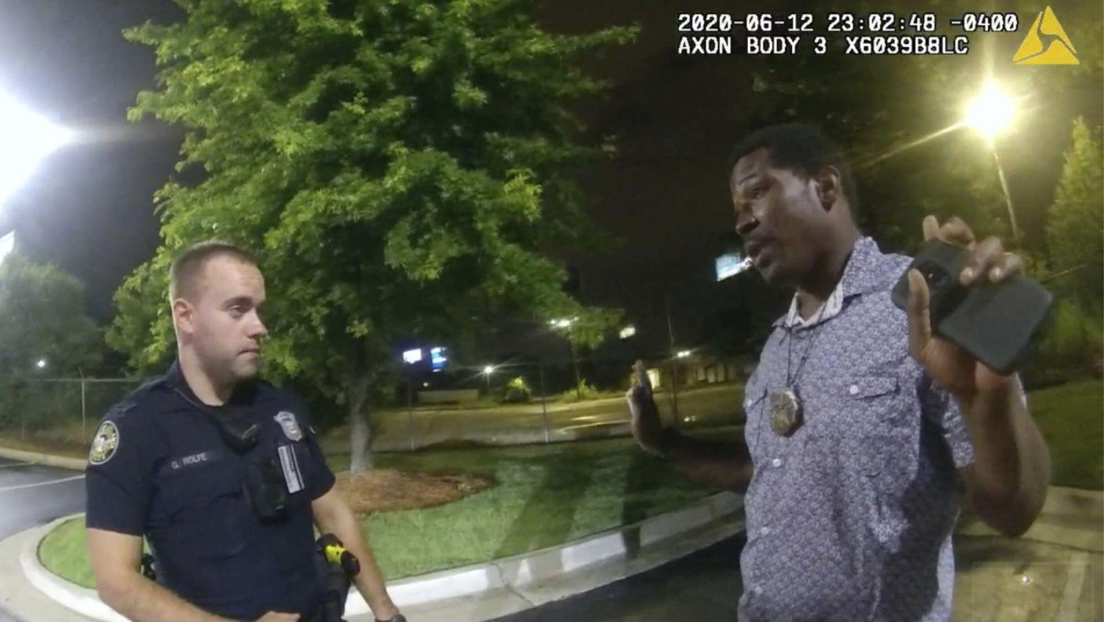 Полицейскому, который застрелил темнокожего в Атланте, может грозить сме...