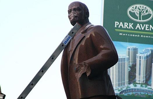 Памятнику Ленину на Бессарабке пришлось удалить голову