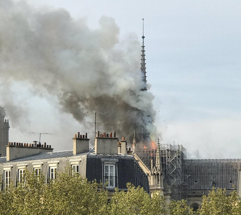 В горящем соборе Парижской Богоматери обрушился шпиль