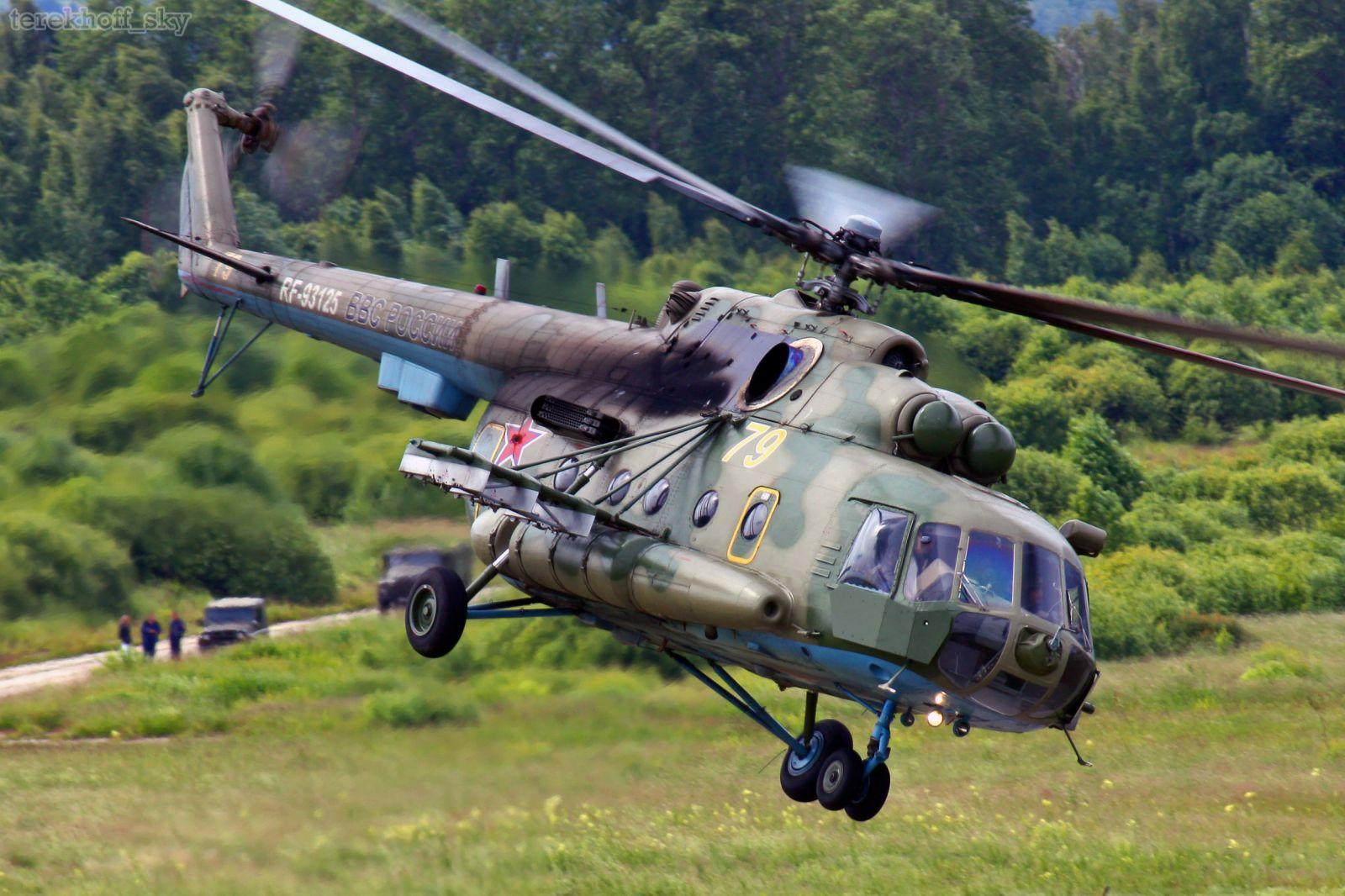 В РФ вертолет Ми-8 случайно выстрелил по жилому дому: снаряд попал в бал...