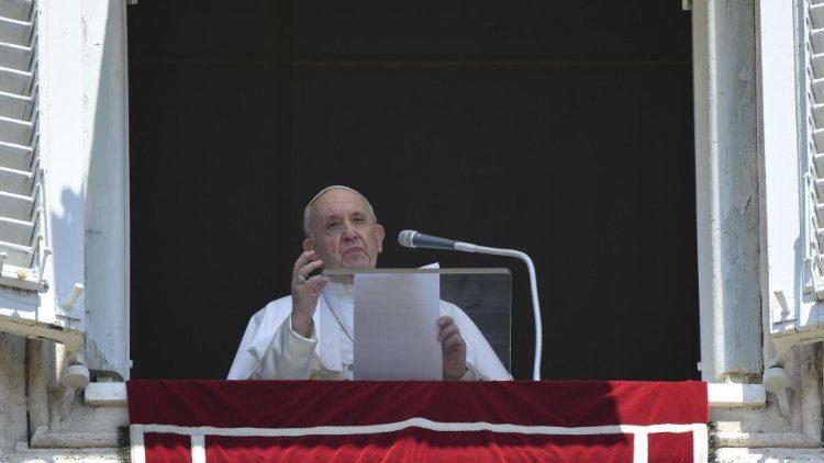 Папа Римский призвал молиться за пострадавших от потопов на западе Украи...