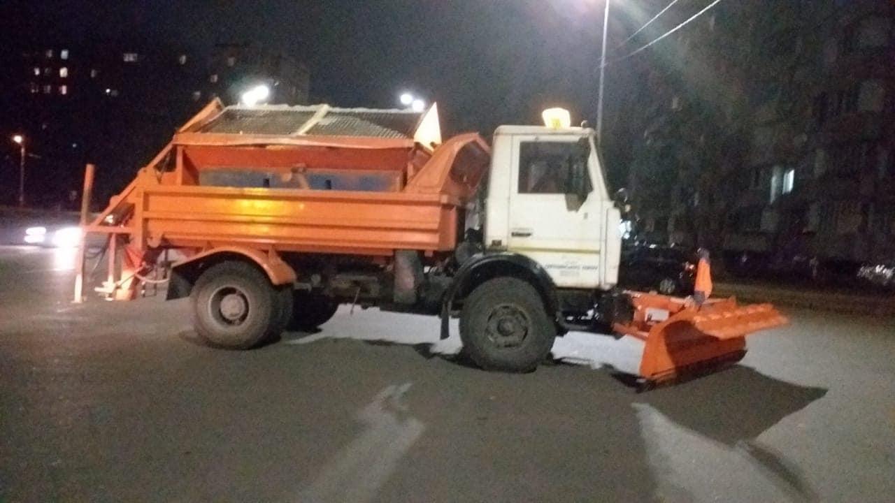 Киев засыпает снегом: КГГА просит не парковать автомобили у дорог