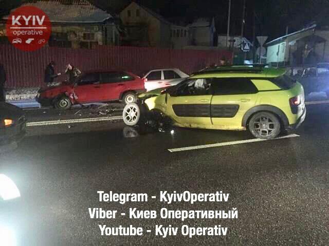 Под Киевом пьяный водитель выехал на встречку и протаранил 7 машин