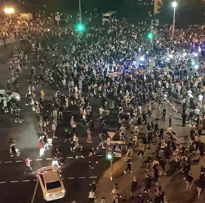 В Минске люди сбивают машинами ОМОН, в ход пошли коктейли Молотова