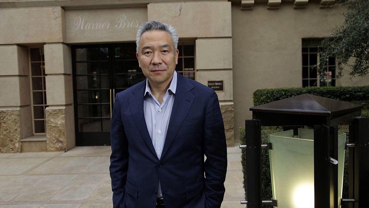 Глава Warner Brothers Кевин Цуджихара уволился из-за секс-скандала с бри...