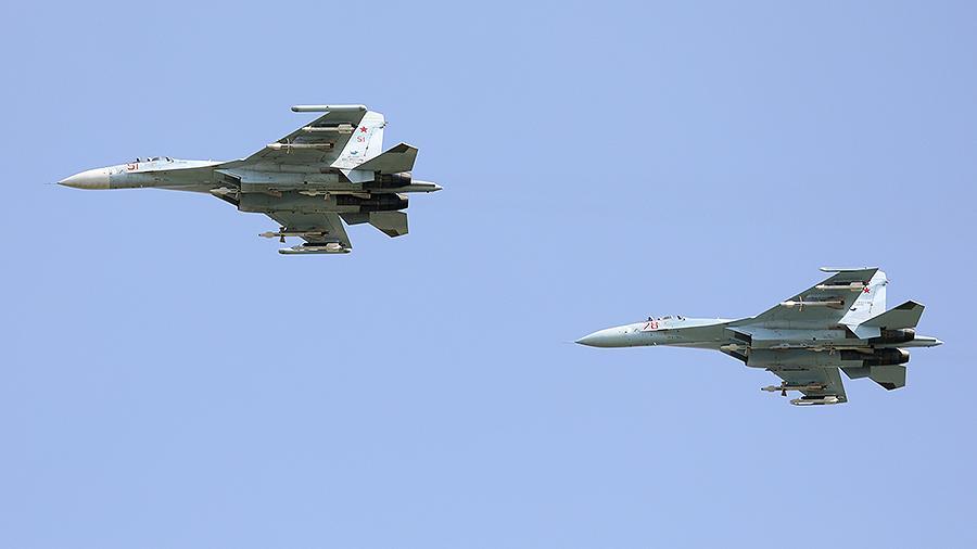 Четыре российских истребителя перехватили три американских бомбардировщи...