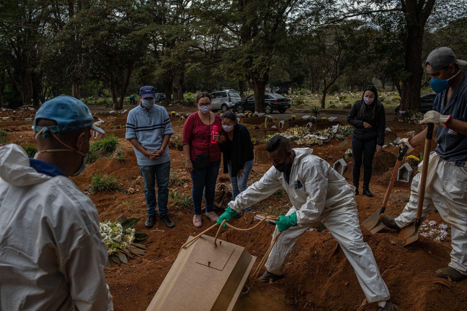 Бразилия вышла на второе место в мире по количеству смертей от коронавир...