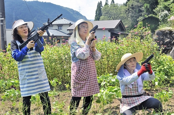 Три японские бабушки прославились, взявшись оборонять свою деревню от ди...
