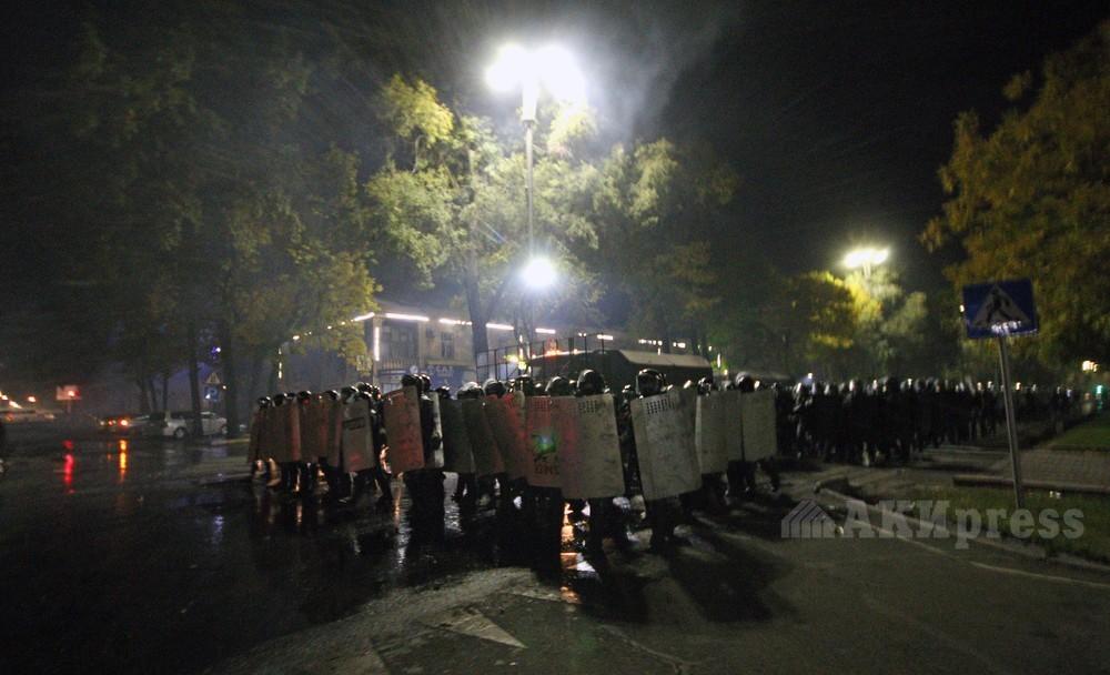 Протесты в Бишкеке: в ход пошли коктейли Молотова, митингующие захватили...