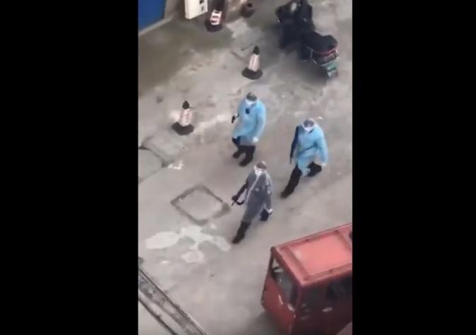 В Китае люди в халатах и с оружием в руках патрулируют улицы