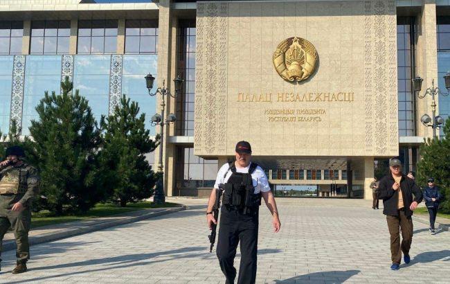Дубль два. Лукашенко снова появился у резиденции с автоматом в руках