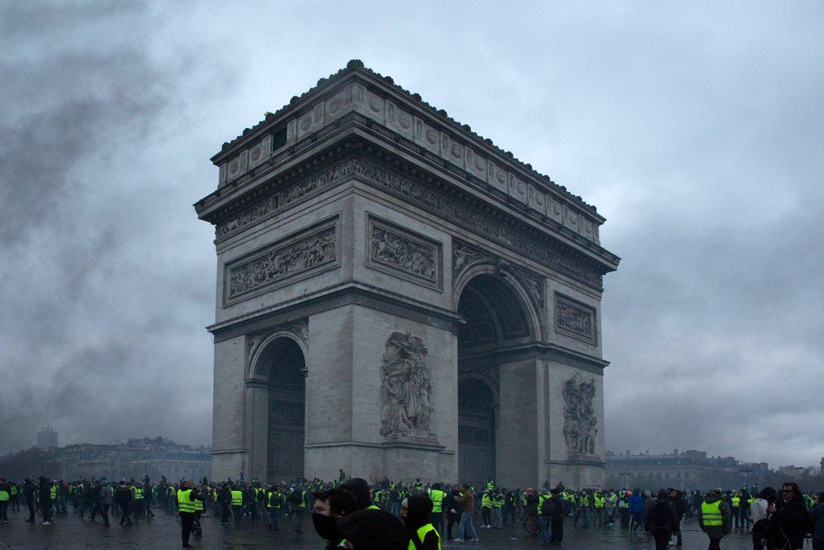 """""""Желтые жилеты"""" повредили Триумфальную арку в Париже"""