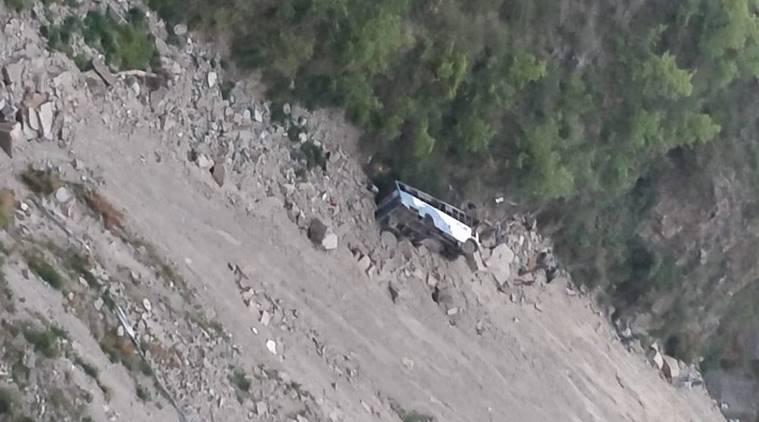 В Индии автобус упал в ущелье, погибло 10 человек