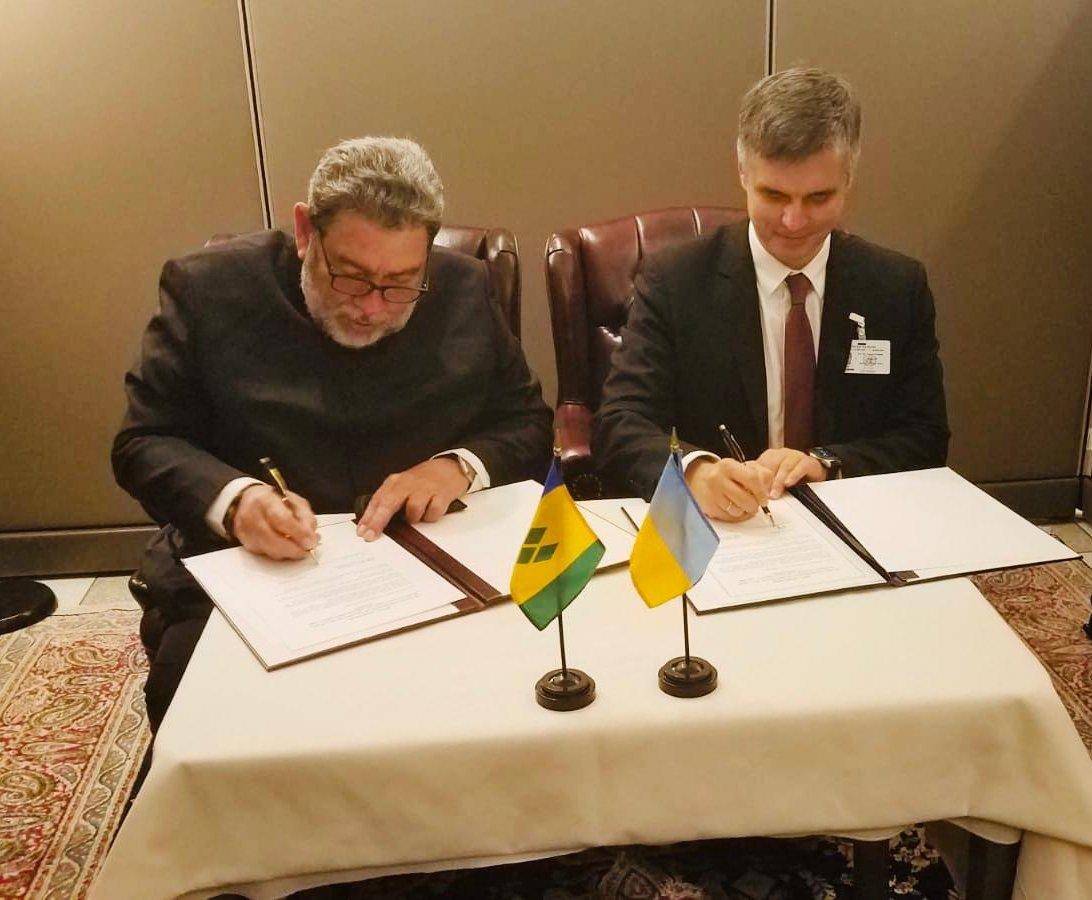 Украина установила дипломатические отношения с Сент-Винсент и Гренадины