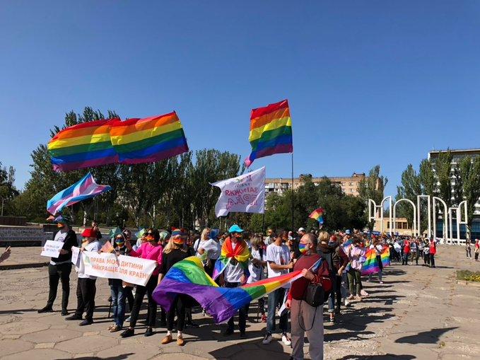 В Запорожье впервые прошел ЛГБТ-парад. Противники акции угрожали собравш...