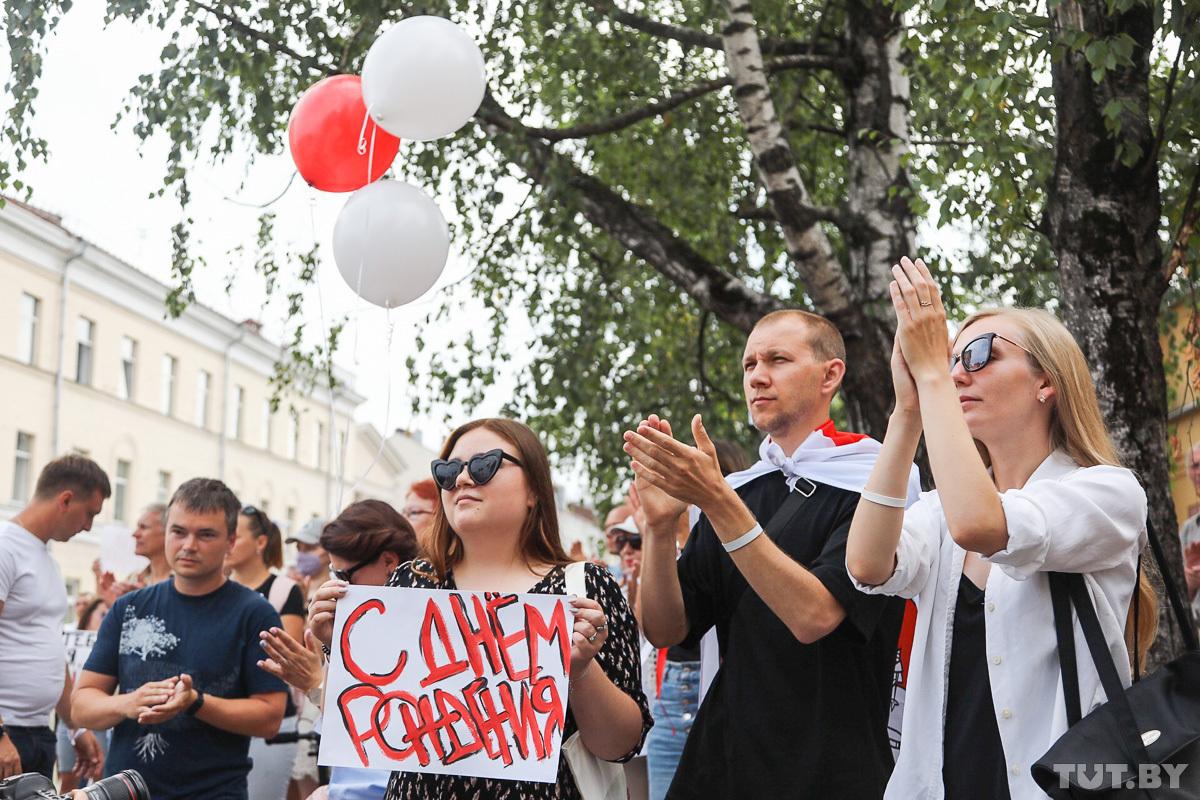 В день рождения Тихановского митингующие собрались у минского СИЗО