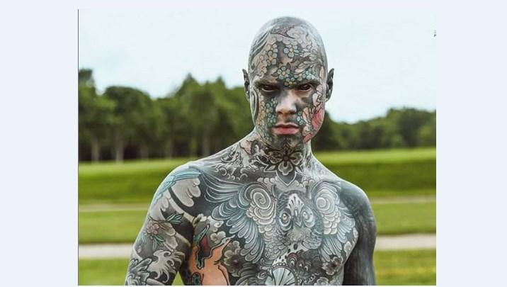 Самый татуированный человек во Франции добился права работать учителем м...