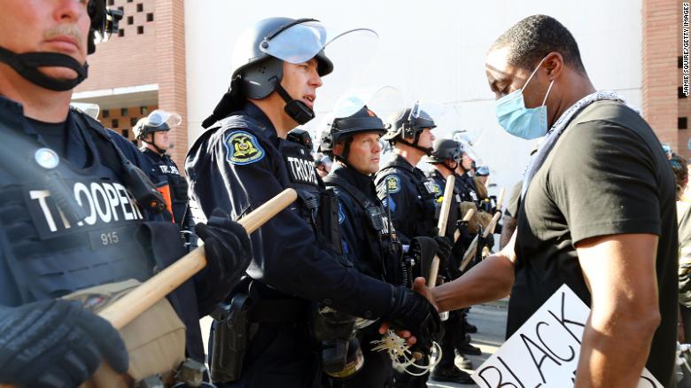 Протесты в США: полиция в ряде городов поддержала митингующих