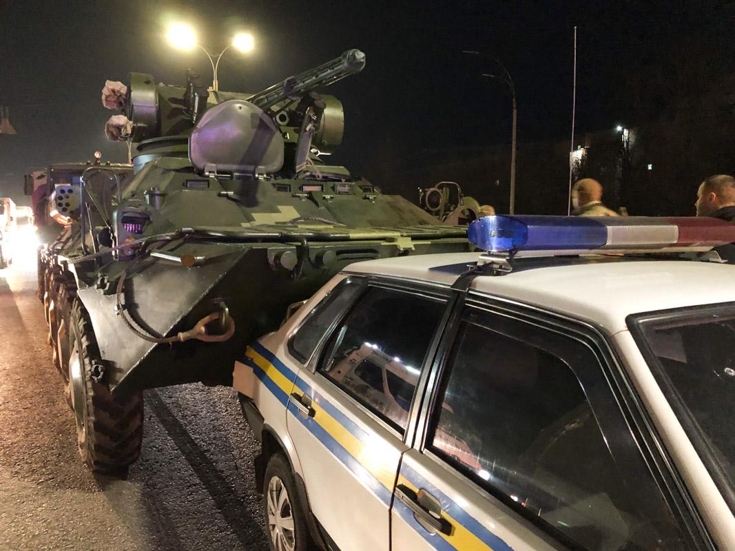 В Киеве БТР протаранил автомобиль военной инспекции