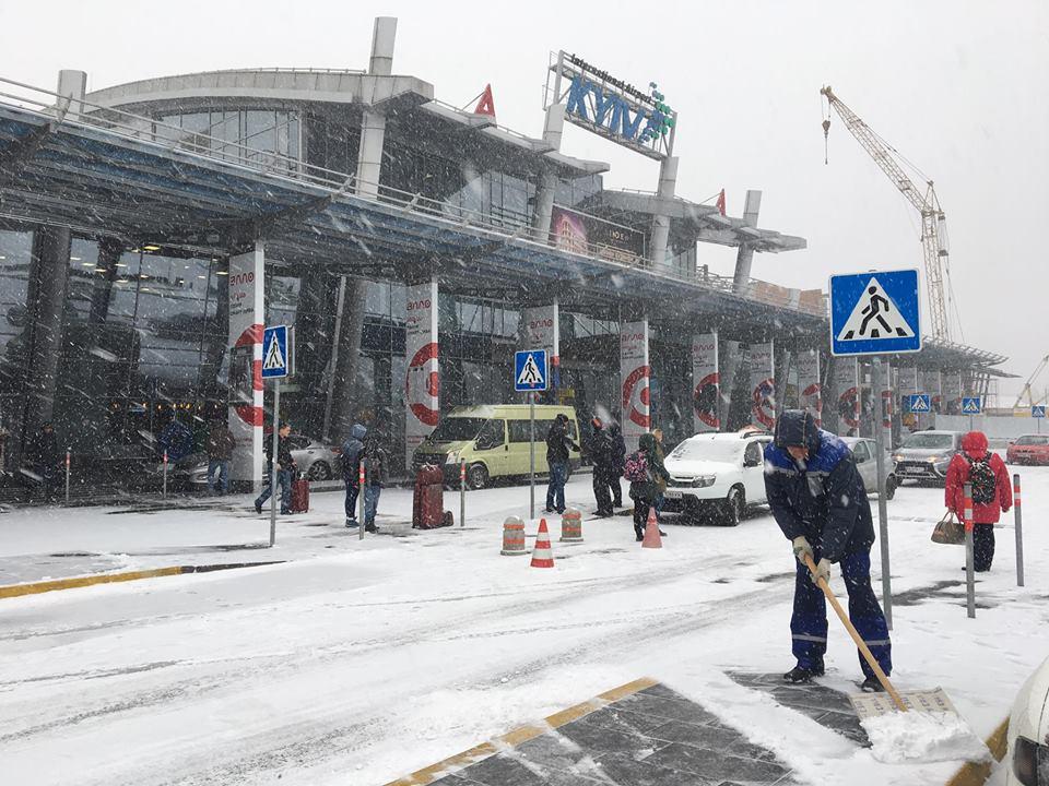 """Международный аэропорт """"Киев"""" им. Игоря Сикорского засыпало снегом"""