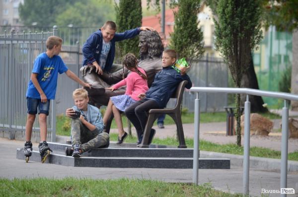 В Луцке перед Днем независимости установили новый памятник Кузьме Скряби...