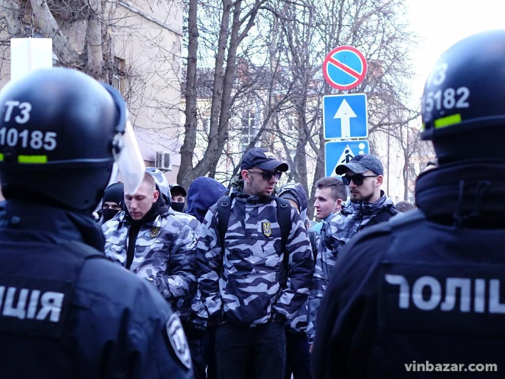Визит Порошенко в Винницу: полиция применила дубинки, протестующие – газ...