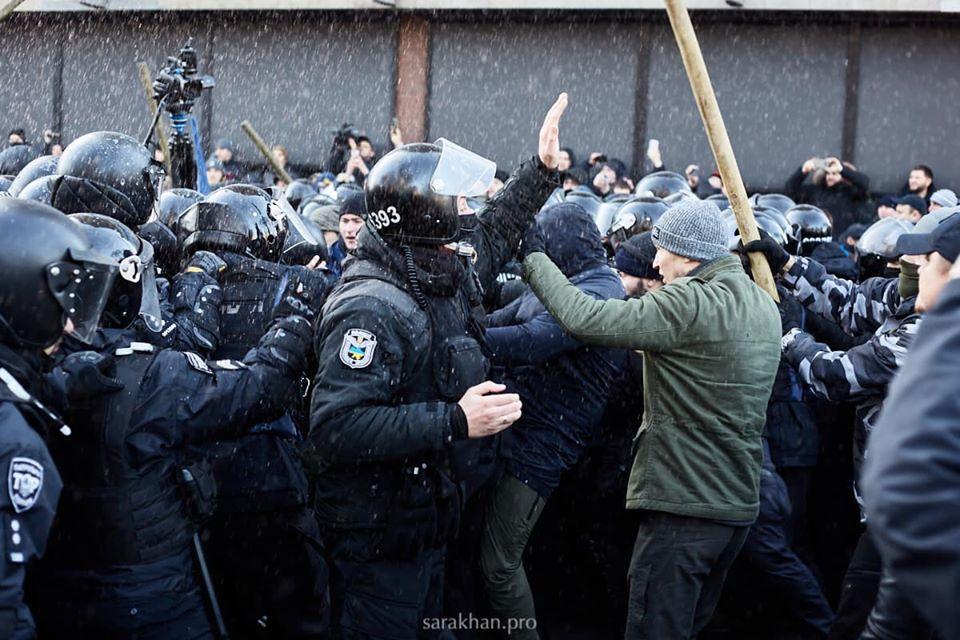 Новая драка под Радой: полиция применила дубинки и забрала палатку