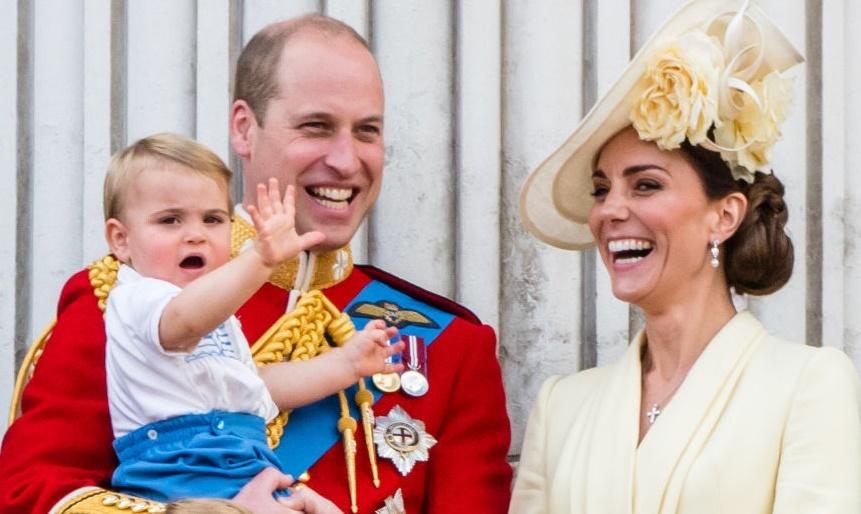 Младший сын Кейт Миддлтон—принц Луи впервые принял участие в большом сем...