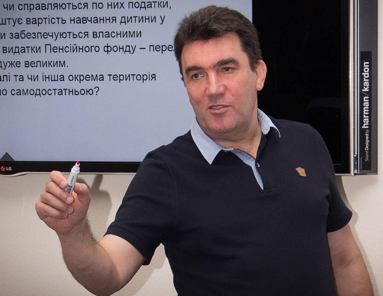 """Зеленский поедет в Париж, """"вооруженный определенной информацией"""", – Дани..."""