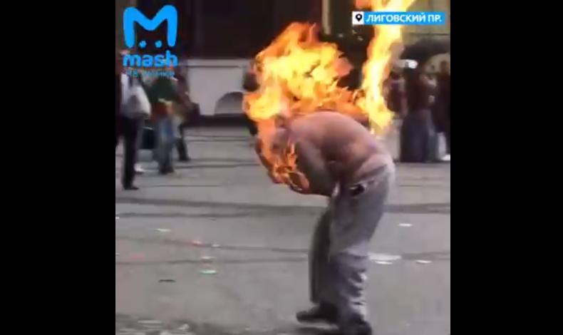 """""""Подарок Путину"""": мужчина с плакатом поджег себя в центре Санкт-Петербур..."""