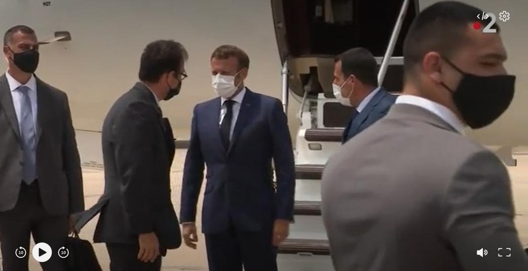 Президент Франции первым из иностранных лидеров прилетел в Бейрут после...