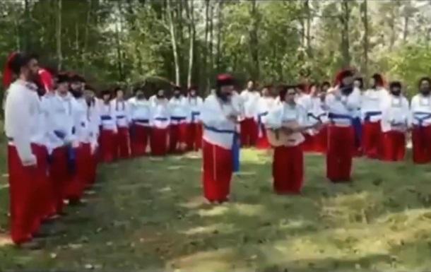 Хасиды, застрявшие на границе, в вышиванках и шароварах спели гимн Украи...