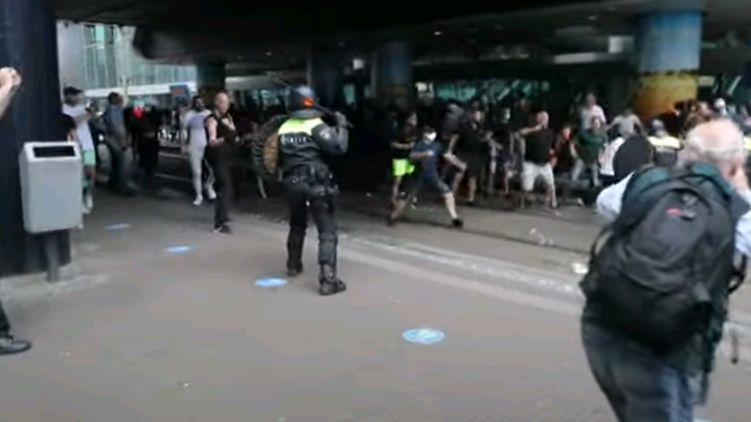 Полиция Гааги водометами разогнала протестующих против карантина