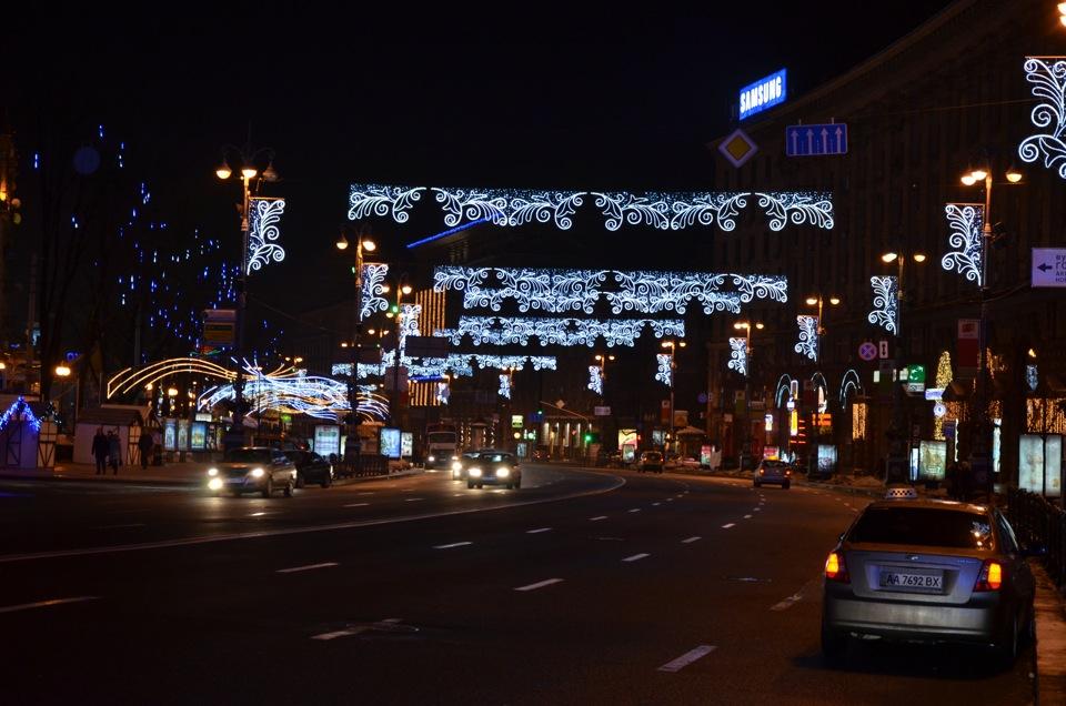 В Киеве на Крещатике сняли последнюю новогоднюю гирлянду