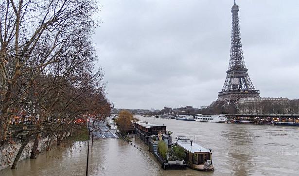 В Париже затонула легендарная жилая баржа