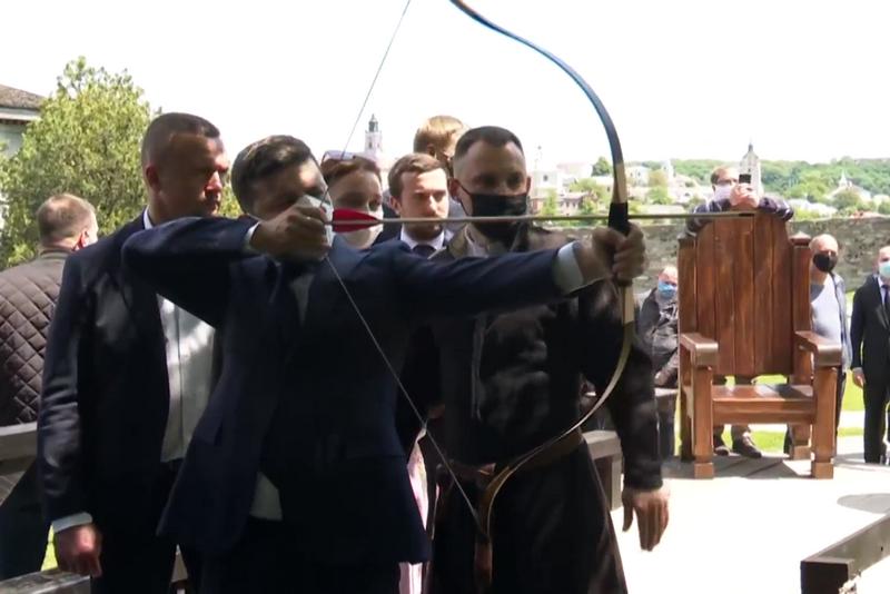 Зеленский пострелял из лука во время посещения Каменец-Подольской крепос...