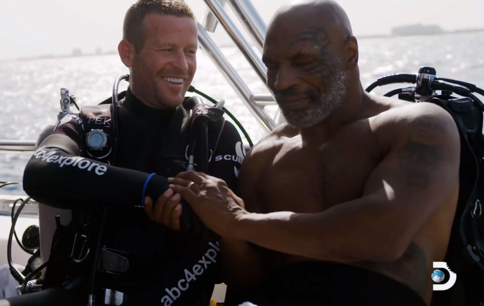 Преодолел свой страх: Майк Тайсон поплавал с акулами
