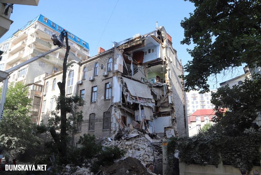 """""""Слышим, дом трещит. Еле успели выскочить"""". В Одессе ночью обвалилась ча..."""