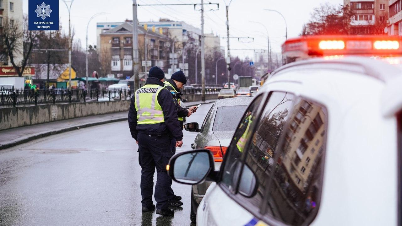 64 штрафа за пару часов. Полиция Киева ловит водителей, не пропускающих...