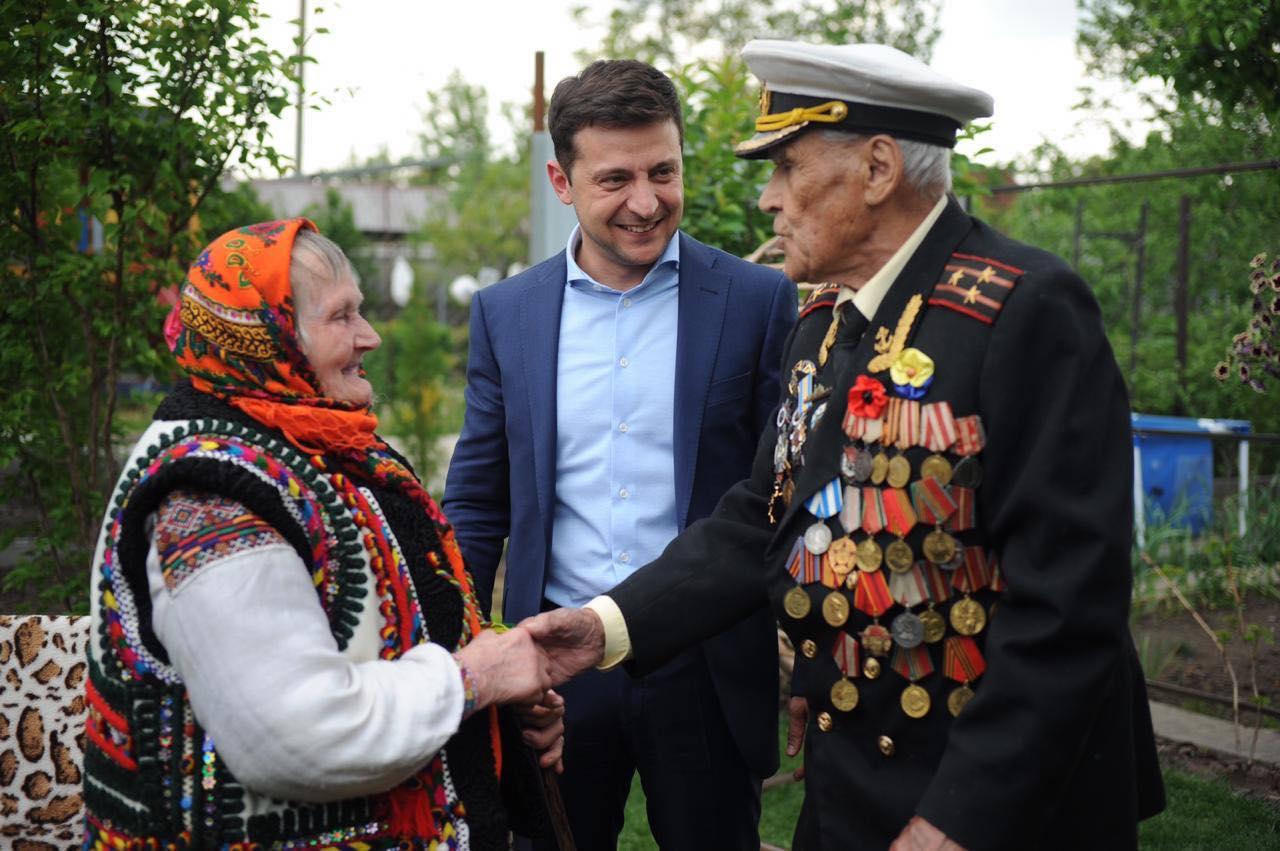 Зеленский пожелал украинцам единства, опубликовав фото со связной УПА и...