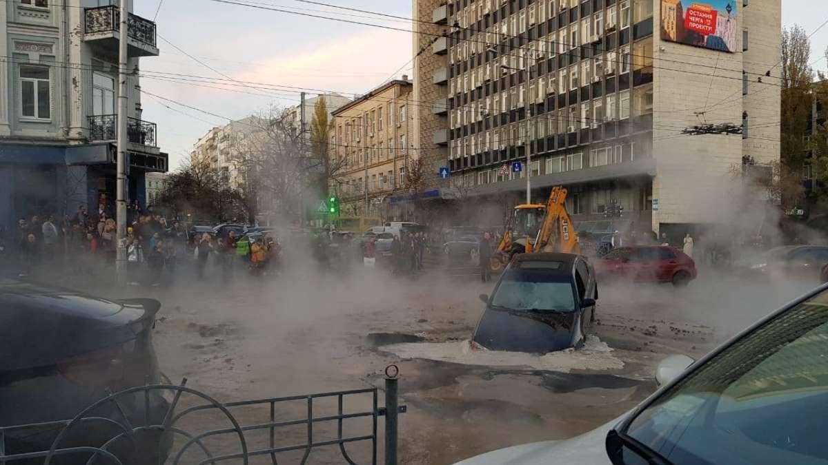 Это провал: в центре Киева две машины ушли под землю из-за прорыва теп